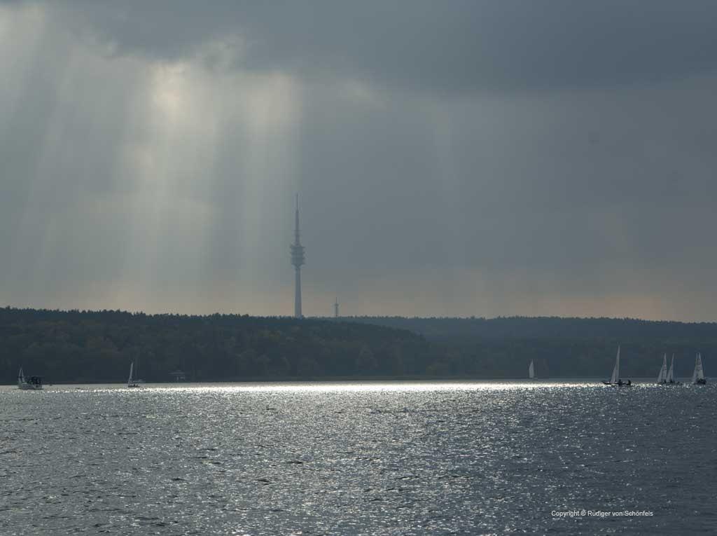 Wannsee mit Segelbooten vor Schäferbergturm