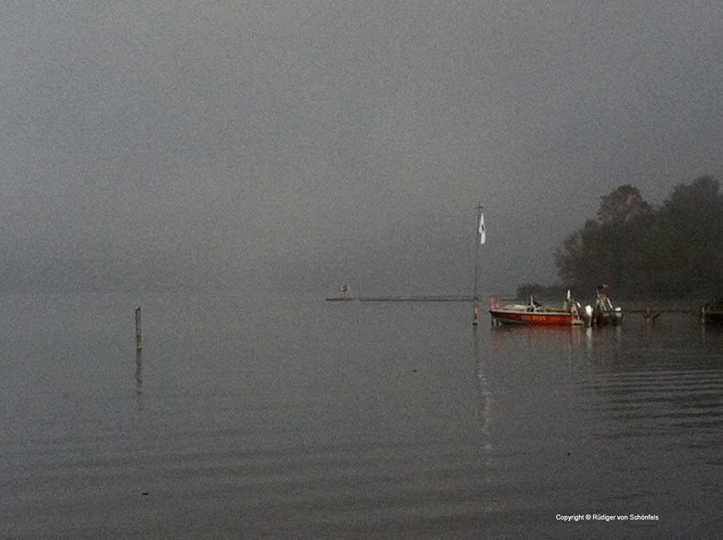 DLRG-Boot im Nebel © Rüdiger von Schönfels