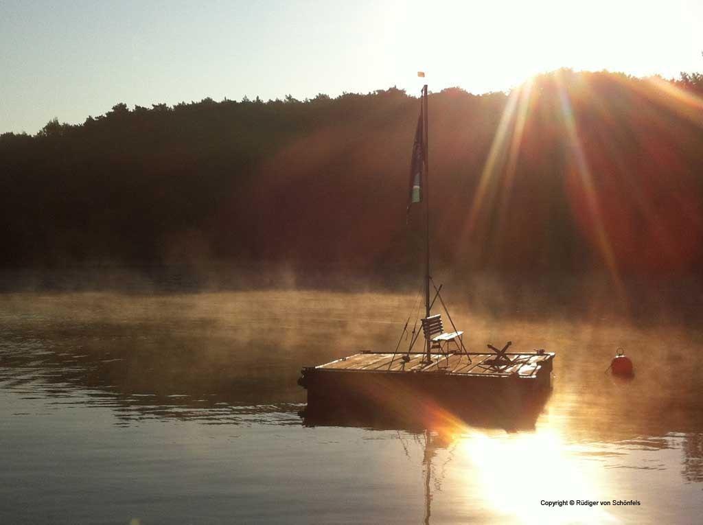 Insel mit Fahne im Nebel am frühen Morgen / copyright © R. v. Schönfels