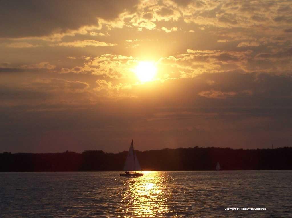 Segelboot bei Sonnenuntergang auf der Havel / copyright © Rüdiger von Schönfels